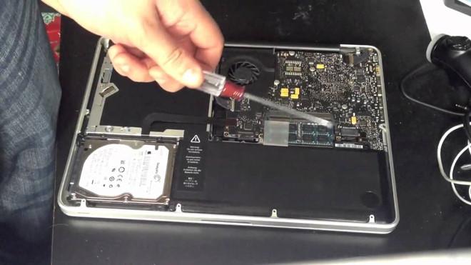 Apple thay pin mien phi cho nhieu mau MacBook Pro 2017 hinh anh 1